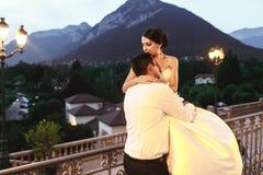 Marito felice e moglie delle coppie che abbracciano al balcone nell'uguagliare vicino Fotografia Stock