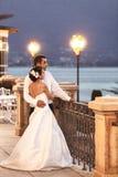 Marito felice e moglie delle coppie che abbracciano al balcone nell'uguagliare vicino Immagine Stock Libera da Diritti