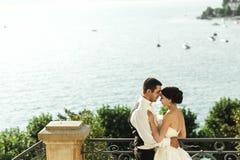 Marito felice e whife della coppia sposata che abbracciano al balcone di pietra Fotografie Stock