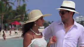 Marito infelice e moglie che parlano alla spiaggia stock footage