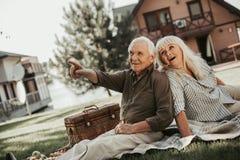 Marito maturo curioso allegro e moglie che hanno picnic Fotografie Stock Libere da Diritti