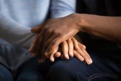 Marito nero afroamericano delle coppie e moglie che si tengono per mano, Cl fotografie stock