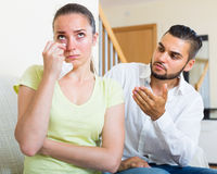 Marito per confortare gridare moglie immagini stock libere da diritti