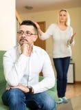 Marito stanco della sua moglie Immagini Stock