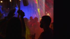 Mariupol, de Oekraïne - 15 Juni 2019 De mensen dansen in Barbaris-nachtclub wordt aangestoken die door tonen lichten Silhouetten  stock video
