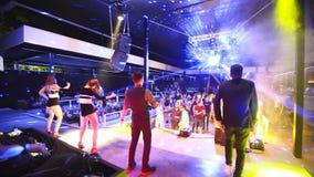 Mariupol, de Oekraïne - 15 Juni 2019 PJ of gaan-ga dansersmannen en de vrouwen presteren op stadium bij Barbaris-nachtclub aantre stock video