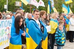 Mariupol, Ucrânia - podem, 03 2015 a concentração popular para a desmilitarização de Shirokino Fotografia de Stock Royalty Free