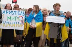 Mariupol, Ucraina - può, 03 2015 la riunione pubblica per la smilitarizzazione di Shirokino immagini stock