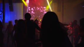 Mariupol, Ukraina - 15 2019 Czerwiec Ludzie tanczą w Barbaris nocy klubie zaświecającym przedstawień światłami Sylwetki mężczyźni zdjęcie wideo