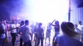 Mariupol, Ukraina - 15 2019 Czerwiec Ludzie tanczą w Barbaris nocy klubie zaświecającym przedstawień światłami Sylwetki mężczyźni zbiory wideo