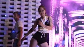 Mariupol, Ukraina - 15 2019 Czerwiec PJ lub iść tancerz kobieta wykonuje na scenie przy Barbaris nocy klubem na weekendu przyjęci zbiory