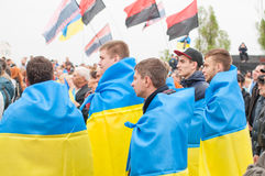 Mariupol Ukraina -, May 03 2015 det offentliga mötet för demilitariseringen av Shirokino Royaltyfri Fotografi