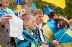 Mariupol Ukraina -, May 03 2015 det offentliga mötet för demilitariseringen av Shirokino royaltyfri foto