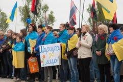 Mariupol Ukraina -, May 03 2015 det offentliga mötet för demilitariseringen av Shirokino royaltyfria bilder