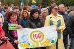 Mariupol, Ukraine -, 03 kann 2015 die öffentliche Versammlung für die Entmilitarisierung von Shirokino Lizenzfreie Stockfotos