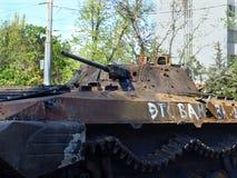 MARIUPOL, UKRAINE-MAY 09,2014: Zniszczony opancerzony samochód na Mariupol s Zdjęcie Stock