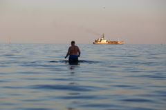 MARIUPOL, UKRAINE - 5 SEPTEMBRE 2016 : Coucher du soleil de mer et silhouette de bateau de la Marine Photographie stock