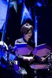 Mariya Sorokina percussionist av electrofolkmusikbandet Onuka, Roshen springbrunnöppning, Vinnytsia, Ukraina, 29 04 2017 redaktör royaltyfria bilder