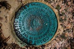 Markör för geodetisk granskning på Acadianationalparken royaltyfri foto