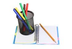 Markörer och anteckningsbok Fotografering för Bildbyråer