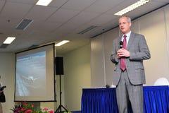 Mark Jenks, vicepresidente del programa de desarrollo de Boeing 787 que habla en la rueda de prensa en Singapur Airshow 2012 Fotografía de archivo