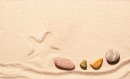 Mark rozgwiazdy i morza kamienie na piasku Zdjęcie Royalty Free