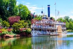 Mark Twain Riverboat en Disneyland París Aterrizaje de la barca del mesa del trueno Acción de la foto Foto de archivo