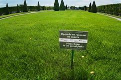 Marke mit Begriff auf grünem Gras lizenzfreie stockfotos