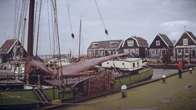 MARKEN,荷兰- 2017年12月30日 被停泊的风船和传统房子 免版税库存照片