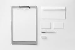 Marken-Identitäts-Modell Leeres Unternehmensbriefpapier eingestellt an weißem t Stockfotografie