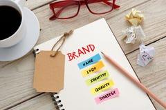 Markenmarketing-Konzept mit Schreibtisch Lizenzfreies Stockfoto
