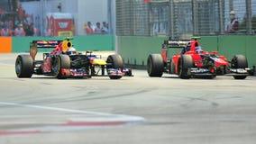 Markera Webber omkörningCharles Pic på F1 Singapore Royaltyfria Bilder