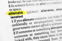 Markerad engelskaord` alienerar ` och dess definition i ordboken royaltyfri bild