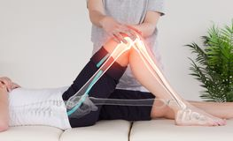 Markerade ben av kvinnan på fysioterapeuten Arkivbild