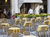 markerar utomhus- restaurangfyrkantst Fotografering för Bildbyråer
