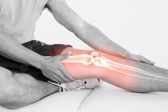 Markerat knä av den sårade mannen Royaltyfri Fotografi