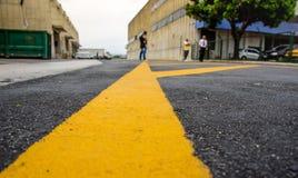Markering på trottoaren i lastterminalen, var all-last flygplan parkerar vanligt, Rio de Janeiro, Brasilien royaltyfri fotografi