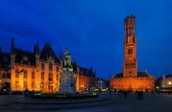 Klockstapeln står hög vid natten - Bruges, Belgien Royaltyfri Bild