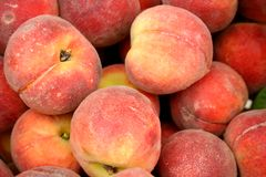 Market Peaches. A mound of fresh ripe farmers market peaches Royalty Free Stock Photography