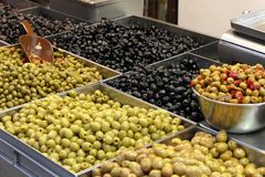 Market stall with a mix of fresh olives Royalty Free Stock Photos
