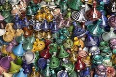 Market stallen i Marrakesh med variation av tagines Royaltyfri Fotografi