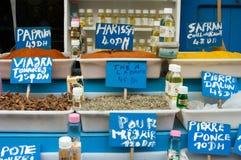 Market stallen med kryddor och oljor i Marocko arkivbilder