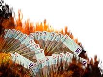 Marketcall o hundimiento común euro Notas del dinero en llamas invierta foto de archivo libre de regalías