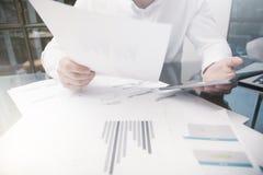 Marketing-Abteilungs-Arbeitsprozess Der Foto-Händler, der on-line-Bericht bearbeitet, dokumentiert rührendes Tablet, Reflexions-S Stockfotos