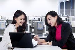 Marketing-Belegschaft, die Job 2 bespricht Stockbild
