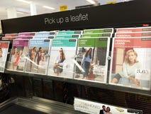 Marketing-Broschüren an der Kasse eines Supermarktes Stockbilder