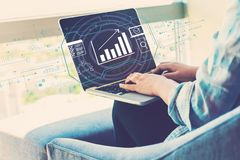 Marketing concept met vrouw die laptop met behulp van royalty-vrije stock fotografie