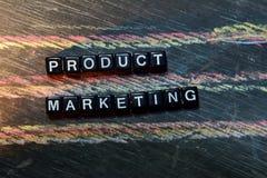 Marketing de producto en bloques de madera Imagen procesada cruzada con el fondo de la pizarra imagen de archivo