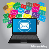 Marketing en ligne, bulletin d'information d'email avec l'ordinateur portable, Images libres de droits
