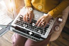Marketing-Medien auf virtuellem Schirm mit Handy und moderner Berechnung lizenzfreies stockbild